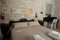 Спальня. Греция, Гувес : Роскошная вилла с большим бассейном и зеленым двориком с барбекю, 4 спальни, 3 ванные комнаты, детская площадка, парковка, Wi-Fi