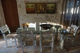 Обеденная зона. Греция, Гувес : Роскошная вилла с большим бассейном и зеленым двориком с барбекю, 4 спальни, 3 ванные комнаты, детская площадка, парковка, Wi-Fi