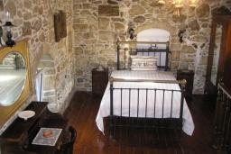 Спальня. Греция, Превели : Каменный дом с бассейном, террасой и двориком с барбекю, 2 спальни, парковка, Wi-Fi