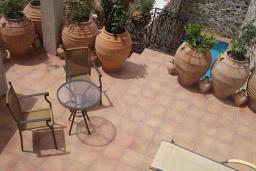 Терраса. Греция, Превели : Каменный дом с бассейном, террасой и двориком с барбекю, 2 спальни, парковка, Wi-Fi
