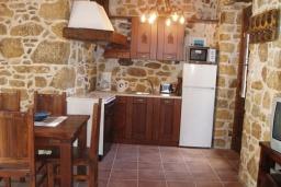 Кухня. Греция, Превели : Каменный дом с бассейном, террасой и двориком с барбекю, 2 спальни, парковка, Wi-Fi