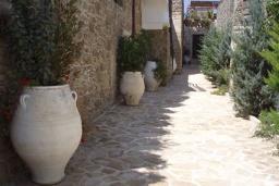 Территория. Греция, Превели : Каменный дом с бассейном, террасой и двориком с барбекю, 2 спальни, парковка, Wi-Fi