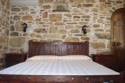 Спальня. Греция, Превели : Каменный дом с бассейном и двориком с барбекю, 2 спальни, камин, парковка, Wi-Fi