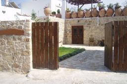 Вход. Греция, Превели : Каменный дом с бассейном и двориком с барбекю, 2 спальни, камин, парковка, Wi-Fi