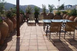 Терраса. Греция, Превели : Каменный дом с бассейном и двориком с барбекю, 2 спальни, камин, парковка, Wi-Fi