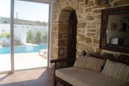 Гостиная. Греция, Превели : Каменный дом с бассейном и двориком с барбекю, 2 спальни, камин, парковка, Wi-Fi