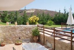Терраса. Греция, Превели : Прекрасная вилла с бассейном, зеленым двориком и видом на море, 2 спальни, барбекю, парковка, Wi-Fi