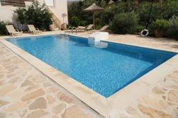 Бассейн. Греция, Превели : Роскошная вилла с бассейном и зеленым двориком с барбекю, 3 спальни, 2 ванные комнаты, тренажерный зал, парковка, Wi-Fi