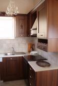 Кухня. Греция, Превели : Роскошная вилла с бассейном и зеленым двориком с барбекю, 3 спальни, 2 ванные комнаты, тренажерный зал, парковка, Wi-Fi
