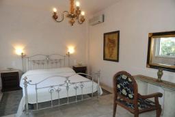 Спальня. Греция, Превели : Роскошная вилла с бассейном и зеленым двориком с барбекю, 3 спальни, 2 ванные комнаты, тренажерный зал, парковка, Wi-Fi