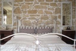 Спальня. Греция, Превели : Каменный дом с бассейном и двориком, 4 спальни, 3 ванные комнаты, камин, барбекю, парковка, Wi-Fi
