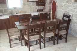 Кухня. Греция, Превели : Каменный дом с бассейном и двориком, 4 спальни, 3 ванные комнаты, камин, барбекю, парковка, Wi-Fi