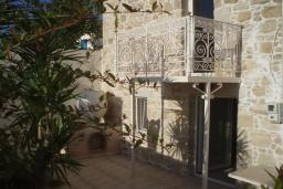 Фасад дома. Греция, Превели : Каменный дом с бассейном и двориком, 4 спальни, 3 ванные комнаты, камин, барбекю, парковка, Wi-Fi