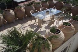 Терраса. Греция, Превели : Каменный дом с бассейном и двориком, 4 спальни, 3 ванные комнаты, камин, барбекю, парковка, Wi-Fi