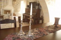 Обеденная зона. Греция, Превели : Каменный дом с бассейном и двориком, 4 спальни, 3 ванные комнаты, камин, барбекю, парковка, Wi-Fi