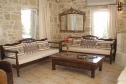 Гостиная. Греция, Превели : Каменный дом с бассейном и двориком, 4 спальни, 3 ванные комнаты, камин, барбекю, парковка, Wi-Fi