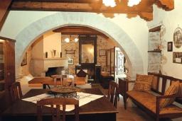 Гостиная. Греция, Превели : Каменный дом с бассейном и двориком, 5 спален, 4 ванные комнаты, камин, барбекю, парковка, Wi-Fi