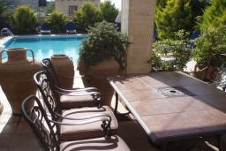 Обеденная зона. Греция, Превели : Каменный дом с бассейном и двориком, 5 спален, 4 ванные комнаты, камин, барбекю, парковка, Wi-Fi