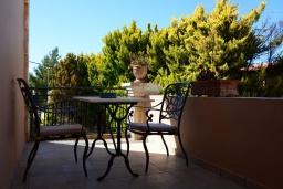 Терраса. Греция, Превели : Каменный дом с бассейном и двориком, 5 спален, 4 ванные комнаты, камин, барбекю, парковка, Wi-Fi
