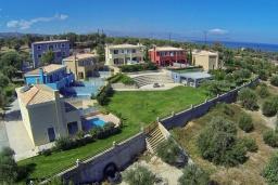 Фасад дома. Греция, Аделе : Роскошная вилла с бассейном и зеленым двориком, 2 спальни, детская площадка, парковка, Wi-Fi