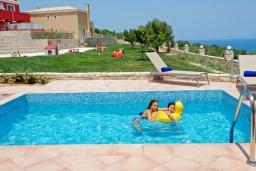 Бассейн. Греция, Аделе : Роскошная вилла с бассейном и зеленым двориком, 2 спальни, детская площадка, парковка, Wi-Fi