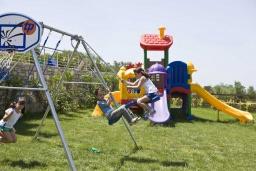 Детская площадка. Греция, Аделе : Роскошная вилла с бассейном и зеленым двориком, 2 спальни, детская площадка, парковка, Wi-Fi
