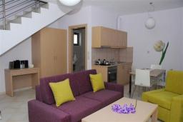 Гостиная. Греция, Аделе : Роскошная вилла с бассейном и зеленым двориком, 2 спальни, детская площадка, парковка, Wi-Fi