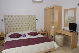 Спальня. Греция, Аделе : Роскошная вилла с бассейном и зеленым двориком, 2 спальни, детская площадка, парковка, Wi-Fi