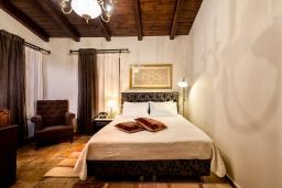 Спальня 2. Греция, Киссамос Кастели : Роскошная каменная усадьба с 4 спальнями, бассейном, зелёным садом с барбекю, тренажёрным залом и хаммамом