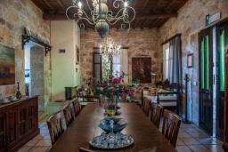 Обеденная зона. Греция, Киссамос Кастели : Роскошная каменная усадьба с 4 спальнями, бассейном, зелёным садом с барбекю, тренажёрным залом и хаммамом