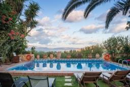 Бассейн. Греция, Киссамос Кастели : Роскошная каменная усадьба с 4 спальнями, бассейном, зелёным садом с барбекю, тренажёрным залом и хаммамом