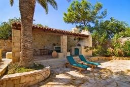 Территория. Греция, Аниссарас : Шикарная вилла с бассейном и видом на море, 3 спальни, 3 ванные комнаты, барбекю, парковка, Wi-Fi