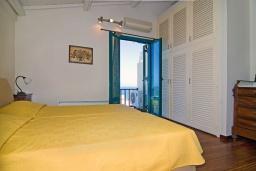 Спальня. Греция, Аниссарас : Шикарная вилла с бассейном и видом на море, 3 спальни, 3 ванные комнаты, барбекю, парковка, Wi-Fi