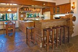 Кухня. Греция, Аниссарас : Шикарная вилла с бассейном и видом на море, 3 спальни, 3 ванные комнаты, барбекю, парковка, Wi-Fi