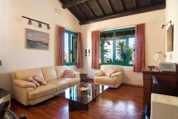 Гостиная. Греция, Аниссарас : Шикарная вилла с бассейном и видом на море, 3 спальни, 3 ванные комнаты, барбекю, парковка, Wi-Fi