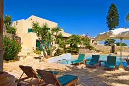 Фасад дома. Греция, Аниссарас : Шикарная вилла с бассейном и видом на море, 3 спальни, 3 ванные комнаты, барбекю, парковка, Wi-Fi