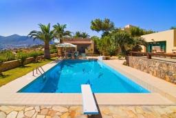 Бассейн. Греция, Аниссарас : Шикарная вилла с бассейном и видом на море, 3 спальни, 3 ванные комнаты, барбекю, парковка, Wi-Fi