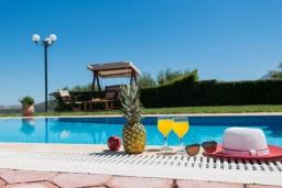 Бассейн. Греция, Панормо : Шикарная вилла с бассейном и зеленой территорией, 2 спальни, 2 ванные комнаты, барбекю, детская площадка, парковка, Wi-Fi