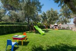 Детская площадка. Греция, Панормо : Шикарная вилла с бассейном и зеленой территорией, 2 спальни, 2 ванные комнаты, барбекю, детская площадка, парковка, Wi-Fi