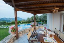 Терраса. Греция, Панормо : Шикарная вилла с бассейном и зеленой территорией, 2 спальни, 2 ванные комнаты, барбекю, детская площадка, парковка, Wi-Fi