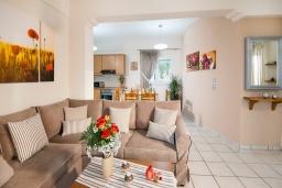 Гостиная. Греция, Панормо : Шикарная вилла с бассейном и зеленой территорией, 2 спальни, 2 ванные комнаты, барбекю, детская площадка, парковка, Wi-Fi