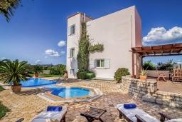 Фасад дома. Греция, Панормо : Шикарная вилла с бассейном и зеленым двориком с барбекю, 2 спальни, 2 ванные комнаты, парковка, Wi-Fi