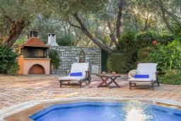 Бассейн. Греция, Панормо : Шикарная вилла с бассейном и зеленым двориком с барбекю, 2 спальни, 2 ванные комнаты, парковка, Wi-Fi
