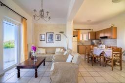 Гостиная. Греция, Панормо : Шикарная вилла с бассейном и зеленым двориком с барбекю, 2 спальни, 2 ванные комнаты, парковка, Wi-Fi