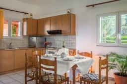 Кухня. Греция, Панормо : Шикарная вилла с бассейном и зеленым двориком с барбекю, 2 спальни, 2 ванные комнаты, парковка, Wi-Fi