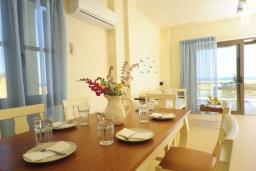 Обеденная зона. Греция, Панормо : Роскошная вилла с бассейном в 100 метрах от пляжа, 3 спальни, 3 ванные комнаты, барбекю, парковка, Wi-Fi
