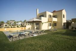 Фасад дома. Греция, Панормо : Роскошная вилла с бассейном в 100 метрах от пляжа, 3 спальни, 3 ванные комнаты, барбекю, парковка, Wi-Fi