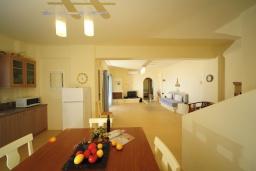Кухня. Греция, Панормо : Роскошная вилла с бассейном в 100 метрах от пляжа, 3 спальни, 3 ванные комнаты, барбекю, парковка, Wi-Fi