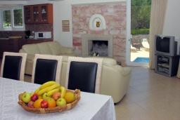 Гостиная. Греция, Аделе : Роскошная вилла с бассейном и зеленой территорией, 5 спален, 5 ванных комнат, джакузи, барбекю, парковка, Wi-Fi
