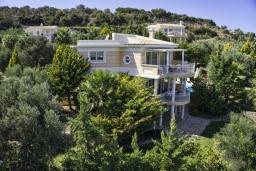 Фасад дома. Греция, Аделе : Роскошная вилла с бассейном и зеленой территорией, 5 спален, 5 ванных комнат, джакузи, барбекю, парковка, Wi-Fi